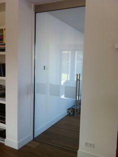 Glazen deur bij overgang eetkamer-tuinkamer (wandmeubel hierdoor altijd zichtbaar).
