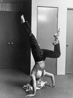 vintage everyday: Candid Photos of Marilyn Monroe Working Out at the Beverly Carlton Hotel, 1952 Harry Belafonte, Gentlemen Prefer Blondes, John F Kennedy, Riga, Philippe Halsman, Yoga Pilates, Yoga Photos, Wall Photos, Mental And Emotional Health