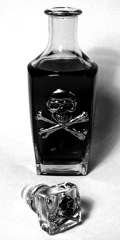 skull bottle.. I would so put mouthwash in this and have it in the medicine cabinet year round (not just Halloween) ❤️