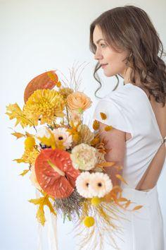 Brautstrauß Senfgelb Ocker Rostrot Herbst und SOmmer #brautstrauß #bouquet #senfgelb #mustard #ocker #rot Wedding Trends, Wreaths, Flowers, Bouquets, Decor, Orange, Corona, Morning Of Wedding, Small Weddings