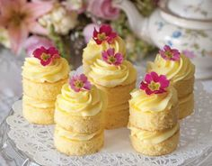 Buttercream Cakes Lemon Buttercream Cakes: Afternoon tea just isn't complete without cake, and these Lemon Buttercream Cakes are the perfect ending to a lovely tea.Lemon Buttercream Cakes: Afternoon tea just isn't complete without cake, and these Lemon B Mini Desserts, Brownie Desserts, Just Desserts, Dessert Recipes, Tea Party Desserts, Tea Party Recipes, Tea Party Foods, Brunch Recipes, Spanish Desserts