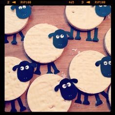 Sheep made with (yoghurt) rice waffles Healthy Birthday Treats, Healthy Treats, Healthy Kids, Cute Snacks, Snacks Für Party, Party Treats, Timmy Time, Shaun The Sheep, Happy Foods