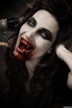 when it comes to Halloween Makeup, here is the tutorial to create a Sexy Halloween Vampire Look for the Halloween party. the vampires of twilight saga, true blood or the fangs are great. Vampire Makeup Looks, Vampire Look, Gothic Vampire, Vampire Girls, Vampire Art, Dark Gothic, Vampire Images, Gothic Angel, Gothic Art