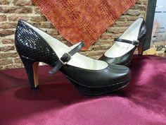 Zapatos en piel marrón combinado con serpiente en talón, plataforma y tacón. en los próximos días los podréis ver puestos en el pié de la clienta.
