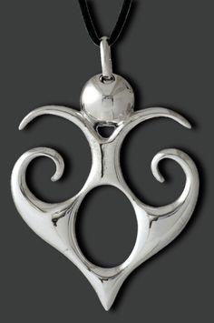 Pendente realizzato in argento a titolo 925/1000 con la tecnica della micro fusione, nickel free, corredato di laccio in cotone cerato regolabile,