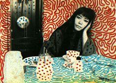 Yayoi Kusama es una artista y escritora japonesa. A lo largo de su carrera, ha trabajado con una gran variedad de medios incluyendo: pintura, collage, escultura, arte performance e instalaciones.