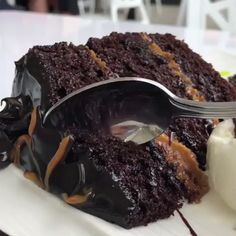 The Most Amazing Fudgy Chocolate Cake - Desserts - Kuchen Rezepte Just Desserts, Delicious Desserts, Dessert Recipes, Yummy Food, Brownie Recipes, Food Cakes, Cupcake Cakes, Cupcakes, Chocolate Desserts
