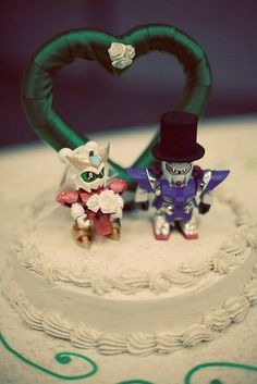 Gundam Wedding Toppers - Haha! CJ would love this.