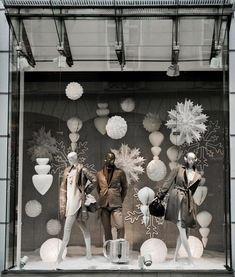 Decoração de Natal para lojas na cor branca Fashion Window Display, Window Display Design, Window Displays, Showcase Store, Christmas 2018 Trends, Store Front Windows, Christmas Window Display, Visual Merchandising Displays, Shop Interiors
