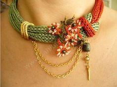 un toque de primavera, que resiste el avance del otoño! Fiber Art Jewelry, Textile Jewelry, Fabric Jewelry, Jewelry Art, Jewellery, Knitted Necklace, Fabric Necklace, Beaded Necklace, Necklaces