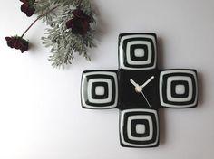 ガラスの壁掛け時計 Cross(ブラック)size:約 h180mm×w180mm付属品 単三電池1本モダンでシンプルな2トーンの壁掛け時計です。... ハンドメイド、手作り、手仕事品の通販・販売・購入ならCreema。