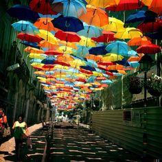 Em Agueda, Portugal, a prefeitura cobriu algumas ruas com guarda-chuvas coloridos como parte do festival de arte que acontece por lá todos os anos, em julho.
