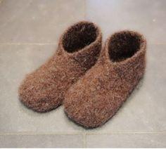Ny variant av tovede tøfler – disse blir du glad i! Crochet Socks, Knit Crochet, Felted Wool Slippers, Knitting Patterns, Crochet Patterns, Diy And Crafts, Arts And Crafts, Drops Design, Handicraft