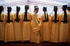 Children dressed as ancient Chinese scholars gather to have their picture taken after a traditional ritual to celebrate Confucius' birthday on Teachers' Day, at the Confucius Temple in Taipei. Chinese Philosophy, Chinese Mythology, Teachers' Day, Pictures Of The Week, Chinese Culture, The Twenties, The Past, History, Celebrities