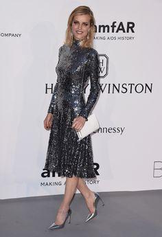 Eva Herzigova en robe Christian Dior de la pré-collection automne-hiver 2015-2016, escarpins et sac Christian Dior et bijoux Chopard