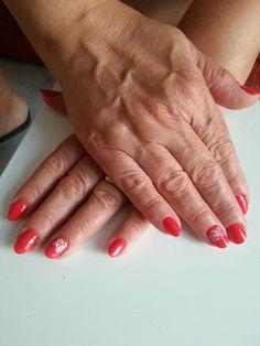 Smalto semipermanente e nail art con acrilico.