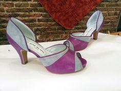 Zapatos en ante gris y piel en lila. Y como son tan abiertos de los costados le podéis poner una pulsera al tobillo para ir más sujetas,