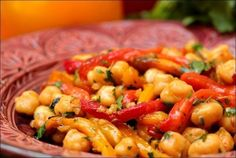 Moroccan chickpea and pepper salad Happy taste buds Top Recipes, Snack Recipes, Dinner Recipes, Salty Foods, Some Recipe, Entrees, Healthy Snacks, Table, Brunch