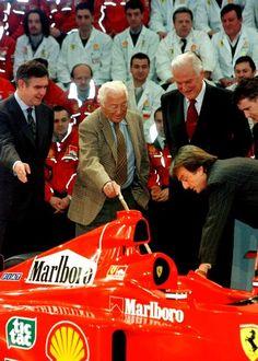 Gianni Agnelli a Maranello nel 1999 per la nuova Ferrari F399: da sinistra nella foto, Paolo Cantarella, Paolo Fresco e Luca di Montezemolo.