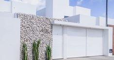 Mais do que preservar a privacidade e trazer a sensação de segurança, os muros e portões complementam a fachada da casa. Por isso é importante caprichar também no projeto do muro e dos materiais.  Com a diversidade de materiais modernos, o uso de muros fechados de concreto caiu em desuso. Madeira, pedras e vidro agora compõem fachadas modernas e acrescentam beleza à arquitetura da casa.