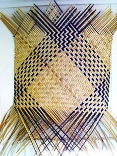 Flax Weaving, Bamboo Weaving, Weaving Art, Weaving Patterns, Basket Weaving, Hand Weaving, Leave Art, Hawaiian Crafts, Types Of Weaving