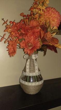 Vase avec jute collé à la colle chaude + ruban de dentelle (fleurs couleurs automnales) Vase, Painting, Home Decor, Lace Ribbon, Colors, Homemade Home Decor, Paintings, Interior Design, Jars