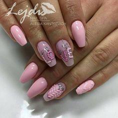 пастельно розовый маникюр с вязаными буквами