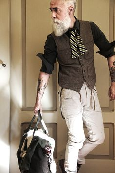Meet Alessandro Manfredini, a 47 year old italian model. If you're looking age gracefully then making sure your beard care routine is on point will definitely help. Hipster Fashion, Look Fashion, Mens Fashion, Gilet Costume, Hipster Stil, Dandy Style, Latest Clothes For Men, Men With Grey Hair, Mein Style