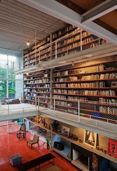 This is the Querosene House in Sao Paulo, Brazil. The library extends to the top 2 floors on this house on three sides. It even has a play area for the kids. Beautiful Library, Dream Library, Library Wall, Brazil Houses, Bookcase Wall, Bookcases, Unique Bookshelves, Home Library Design, Modern Library