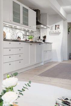 revestimiento cocina mosaico grises y blancos decoración decoración salones nórdicos decoración nórdica escandinava decoración estilo nórdico decoración áticos cocinas blancas modernas blog decoracion interiores atico nórdico
