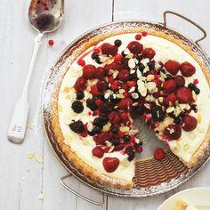 Für dieses schnelle sommerliche Dessert machen wir es uns leicht: Wir nehmen einfach einen helle Biskuit-Boden. Das Highlight sind die gemischten Beeren.