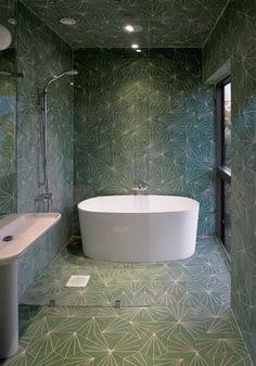 Efter vit och stilren carraramarmor är vi redo att ta ut svängarna. Här är 13 fina badrum med mönster och färger. Geometriskt kakel syns mer och mer och spås bli nästa stora badrumstrend.