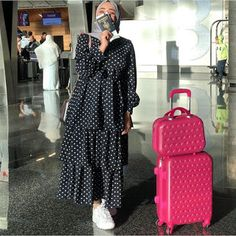 to wear for a comfy traveling trip with hijab Stylish Hijab, Modest Fashion Hijab, Modern Hijab Fashion, Street Hijab Fashion, Hijab Fashion Inspiration, Muslim Fashion, Dresses For Hijab, Modesty Fashion, Hijab Chic