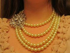 DIY pearl and brooch necklace tutorial! ...I bet I could do this with my own flair.