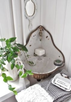 Shabby Chic Home Decor - Complete list of Shabby Chic Home Decoration Ideas - Exterior and Interior design ideas Vintage Sink, Shabby Vintage, Bathroom Vintage, Shabby Chic Interiors, Shabby Chic Homes, Vintage Interiors, Lavabo D Angle, Corner Sink, Small Corner