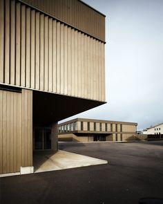 Die Erweiterung des bestehenden Schulpavillons zur vollständigen Primarschulanlage erfolgt durch zwei voneinander unabhängige Baukörper: eine Einfachturnhalle und ein zweigeschossiges Schulhaus. In der Höhenstaffelung sind die Volumen leicht differenziert und nehmen so den Massstab der angrenzenden Bebauung auf. Die nunmehr drei …