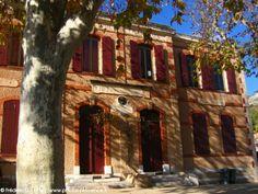 Puyloubier est un village à l'extrémité Est du département des Bouches-du-Rhône, limitrophe avec le département du Var et la commune de Pourrières, au pied du massif de la Sainte-Victoire. L'ècole