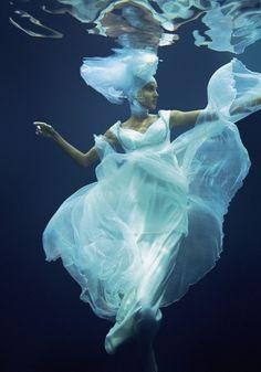 Uma cena inusitada de moda embaixo da água. Uma bela fotografia do franco-brasileiro Jacques Dequeker em http://fotografiadiaria.com.br/fotografia-de-moda/fashion-wish-de-jacques-dequeker/
