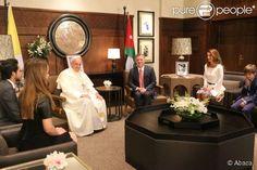 Le roi Abdullah II et la reine Rania de Jordanie en audience avec le pape François le 24 mai 2014 au palais royal à Amman, en présence de leurs enfants.