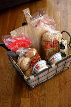 Bagel Basket Bagel Gift Basket - Great idea to give someone who is hosting a sleepover party or camping trip.Bagel Gift Basket - Great idea to give someone who is hosting a sleepover party or camping trip. Homemade Gift Baskets, Food Gift Baskets, Themed Gift Baskets, Raffle Baskets, Homemade Gifts, Basket Gift, Picnic Baskets, Homemade Food, Diy Food