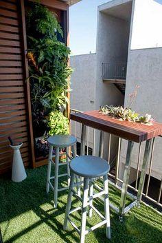 Mur végétal et séparation en bois pour balcon de ville