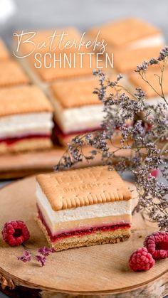 Dieser Butterkeks-Kuchen ist als Blechkuchen gebacken. Wer den Kuchen lieber No-Bake, also ohne Backen zubereiten möchte, lässt den Biskuit einfach weg. Aber ich finde diese Schnitte einfach nur perfekt! 😍 Luftig, cremig, fruchtig und nicht zu süß. Probiere den Kuchen einfach mal aus 😍 #sallyswelt #butterkeksschnitte #butterkeks #butterkekskuchen #blechkuchen #kuchen #kekskuchen #kuchenrezept #blechkuchenrezept #blechkucheneinfach #sallys #cake #cakerecipe #cakerecipes Easy Cake Recipes, Sweet Recipes, Baking Recipes, Dessert Recipes, Amazing Food Videos, Delicious Desserts, Yummy Food, Food Carving, Food Garnishes