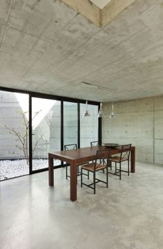 revêtement sol en beige clair en résine dans la salle à manger avec mobilier en bois