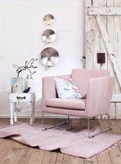 Mit seinen filigranen Metallkufen und der schlichten Form erinnert der Sessel an die Sechzigerjahre. #Sessel #Sitzmöbel #Vintage #Impressionenversand