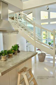 Otwarta przestrzeń w domu urządzonym w bieli