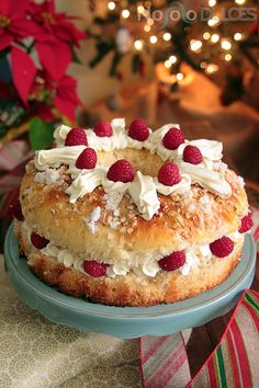 Roscón de reyes chocolate blanco frambuesas My Colombian Recipes, Colombian Food, Pan Dulce, Donuts, Muffins, Gift Cake, Chocolate Blanco, Christmas Baking, Baked Goods