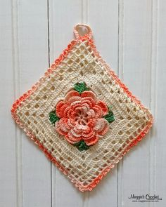 Collectable vintage potholders have many designs, with one popular style being floral prints or dimensional flowers sent in the center of the piece. These attractive potholders were embellished wit… Vintage Potholders, Crochet Potholders, Crochet Squares, Crochet Motif, Crochet Flowers, Crochet Kitchen, Crochet Home, Diy Crochet, Vintage Crochet