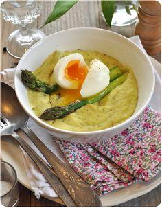 Polenta crémeuse aux fèves, asperges vertes et œuf mollet