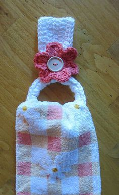 Crocheted Towel Holder with Recycled (plastic drink) Ring (free crochet pattern) Crochet Towel Tops, Crochet Towel Holders, Crochet Dish Towels, Crochet Kitchen Towels, Crochet Potholders, Crochet Home, Crochet Yarn, Crochet Stitches, Crochet Patterns