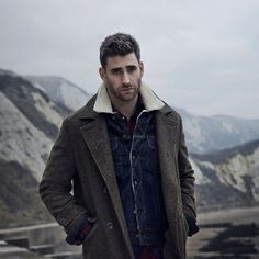 Picture of Oliver Jackson-Cohen Dracula Actor, Oliver Jackson Cohen, Outdoorsy Style, Men's Fashion, Orange Shirt, Shearling Jacket, Good Looking Men, Perfect Man, Cute Guys